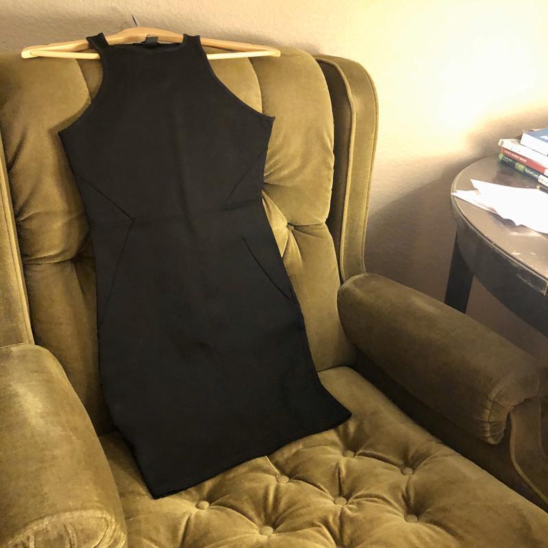 Väga lihtne liibuv must kleit.