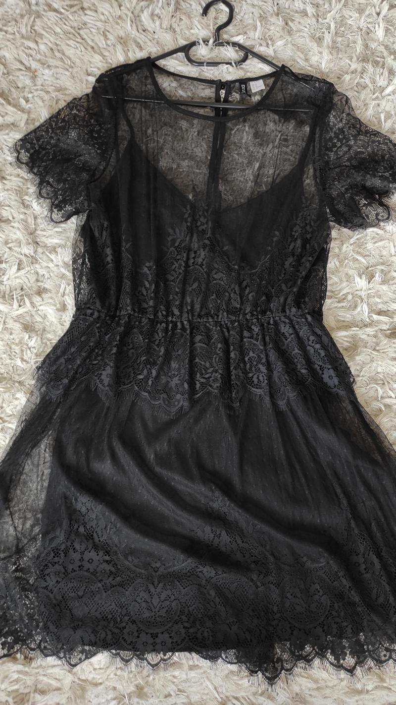 Must pitsiline kleit
